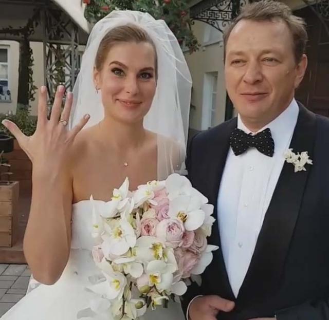 Снова за свое: Марата Башарова обвиняют в избиении молодой жены - фото №2