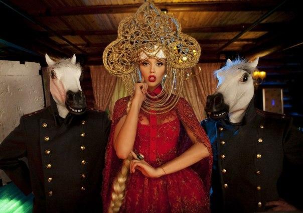 Как Оля Полякова объединяет народы своим кокошником - фото №2
