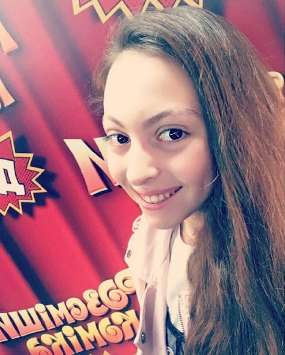 """Дочь Оли Поляковой решила пошутить о кокошниках певицы на шоу """"Рассмеши комика"""" - фото №1"""