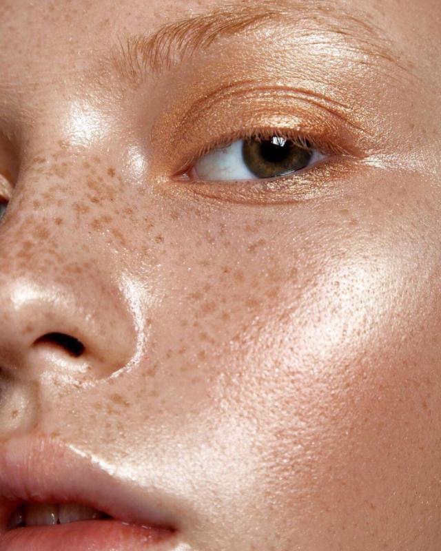 Как правильно делать макияж девушкам с веснушками - фото №5