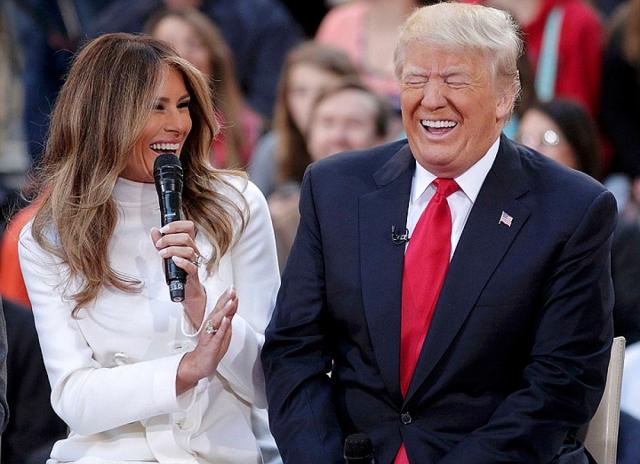 Под прицелом: Мелания Трамп отвергла руку супруга Дональда Трампа, сделав его объектом насмешек (ВИДЕО) - фото №1