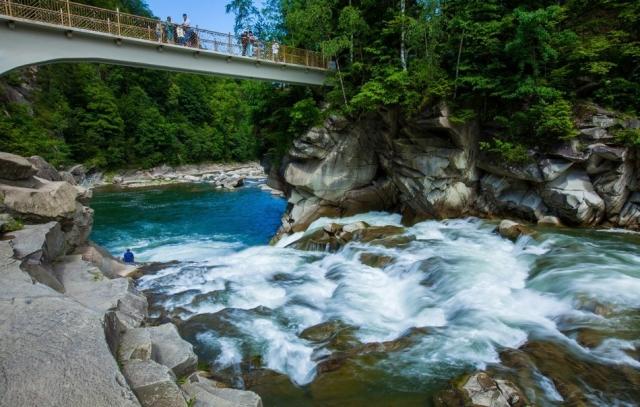 водопад пробий туристы