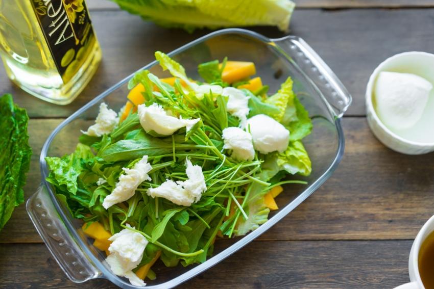 Салат на Пасху с манго и моцареллой