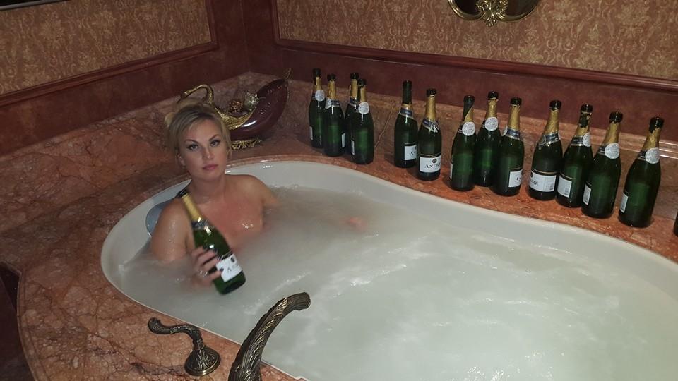 Секс с шампанским с мужем в ванне