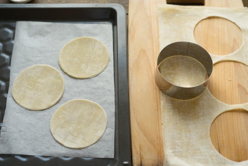 Мини-пицца с креветками и пряными травами