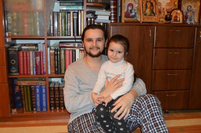 """Священник из шоу """"Голос країни-7"""" стал отцом в четвертый раз - фото №1"""