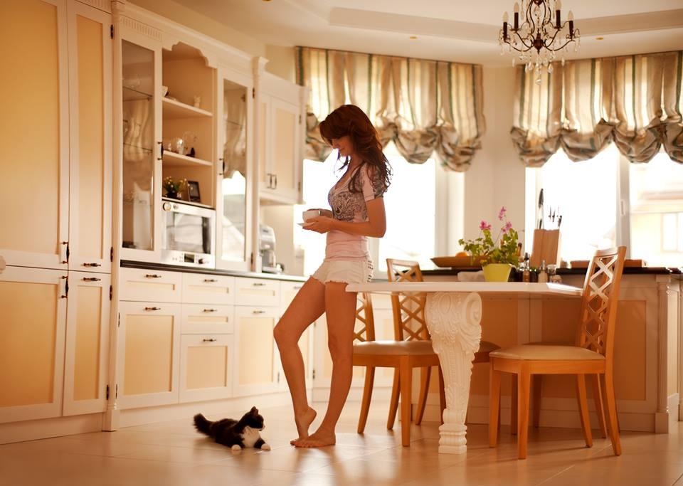 красивый загородный дом женщина на кухне фото