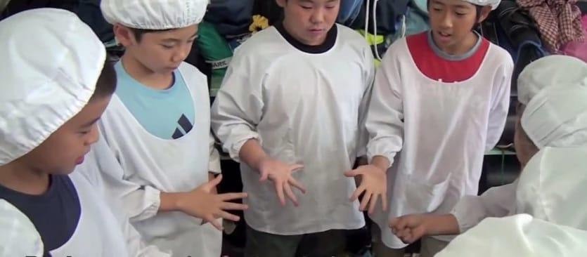 дети спорят на еду