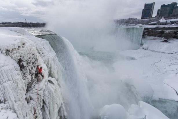 замерз ниагарский водопад