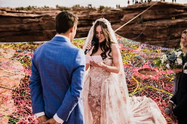 """Свадьба над каньоном: она сказала """"да"""" на высоте 122 метра - фото №1"""