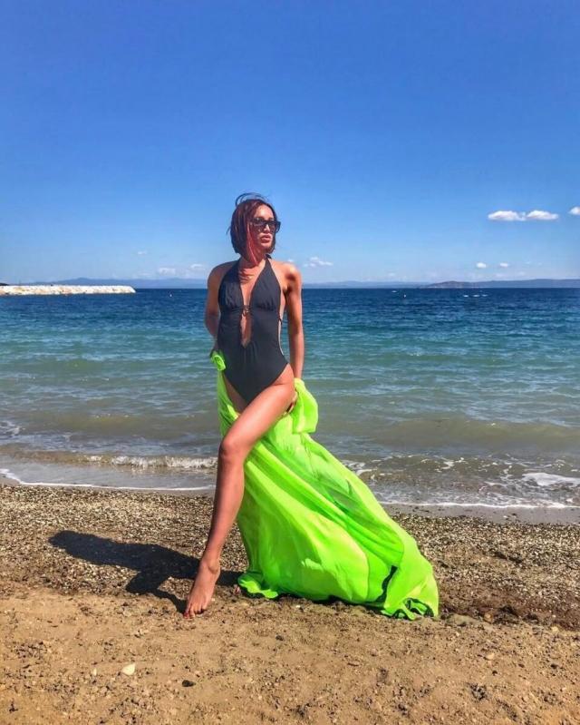 Ольга Бузова разоткровенничалась о своей маленькой груди, показав жаркие танцы в бикини (ВИДЕО) - фото №1