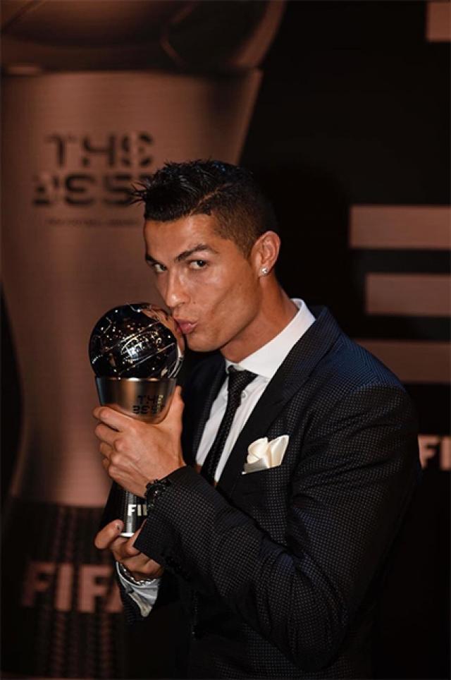 Роналду с нагрдой ФИФА