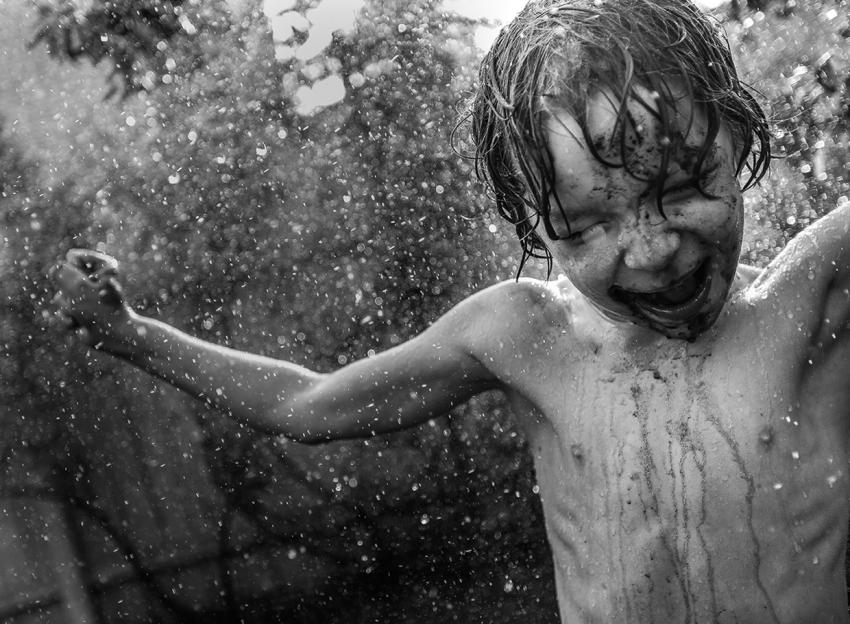 мальчик дождь радость