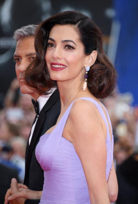 Ослепительно прекрасны: Джордж и Амаль Клуни впервые после рождения близнецов вышли в свет, покорив Венецианский кинофестиваль (ФОТО) - фото №1