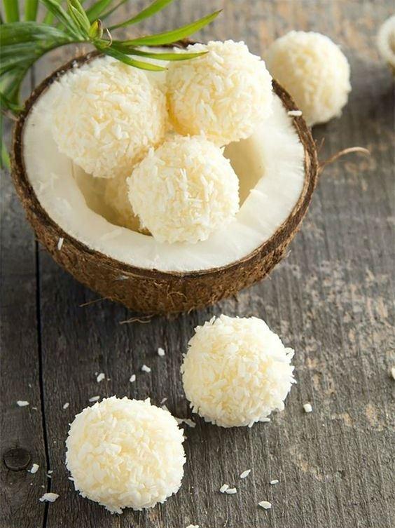 В кокосовой стружке хорошо обвалять конфеты