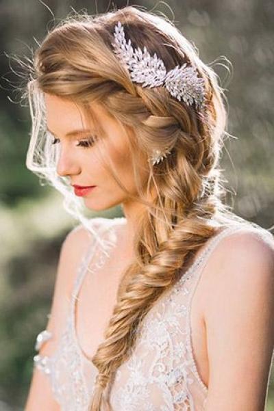 Свадебные причёски на средние волосы с фатой 2018 26