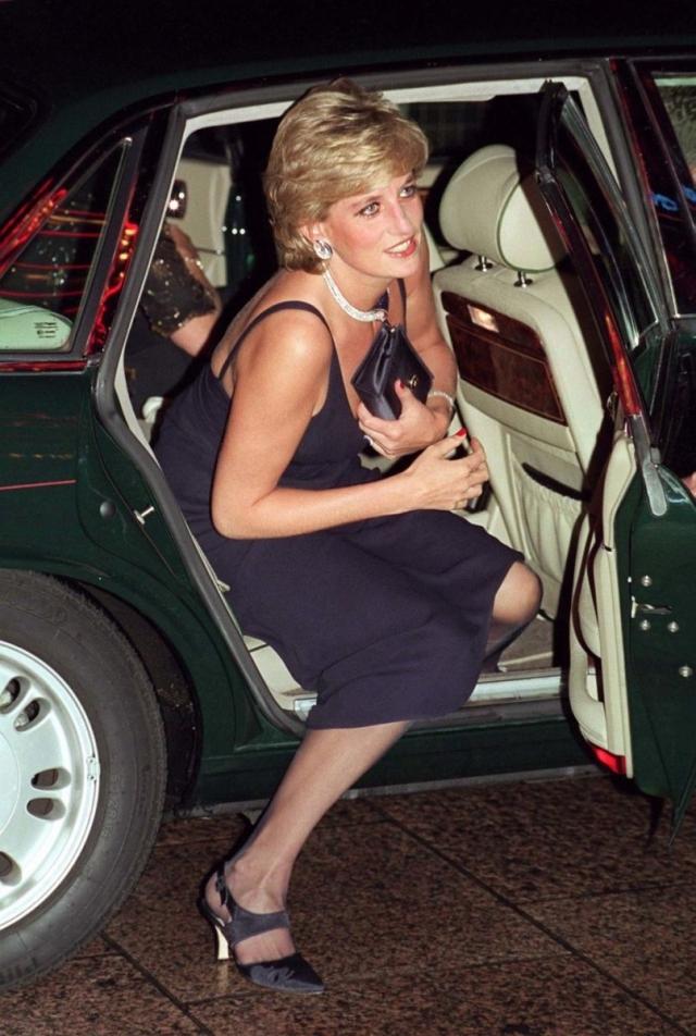 """Тайна """"спайной сумки"""": стало известно, почему принцесса Диана всегда прикрывала декольте клатчем (ФОТО) - фото №1"""