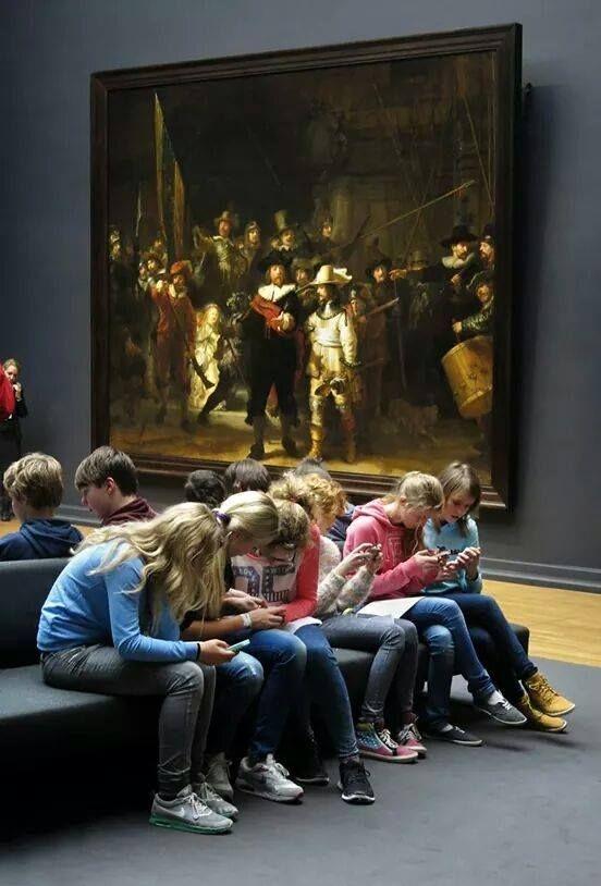 Даже в музее подростков больше занимают смартфоны