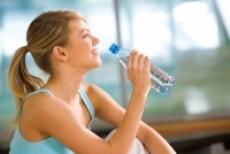 девушка пьет воду фото