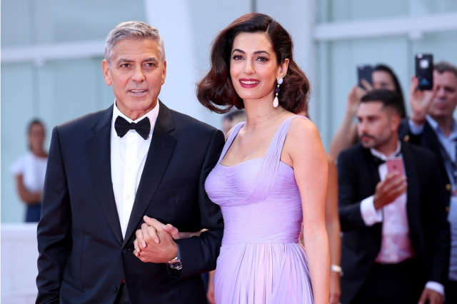 Ослепительно прекрасны: Джордж и Амаль Клуни впервые после рождения близнецов вышли в свет, покорив Венецианский кинофестиваль (ФОТО) - фото №3