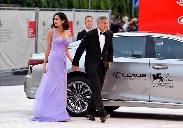 Ослепительно прекрасны: Джордж и Амаль Клуни впервые после рождения близнецов вышли в свет, покорив Венецианский кинофестиваль (ФОТО) - фото №2