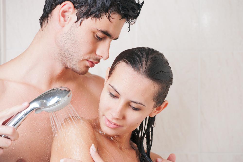 Пара принимает совместный душ