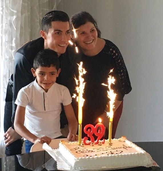 Снова одинок: Криштиану Роналду отметил день рождения с мамой и сыном (ФОТО) - фото №1