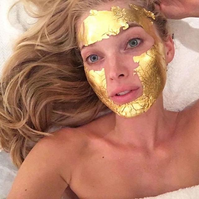 Много каратов: маска для лица из чистого золота, как у моделей Victoria's Secret - фото №1