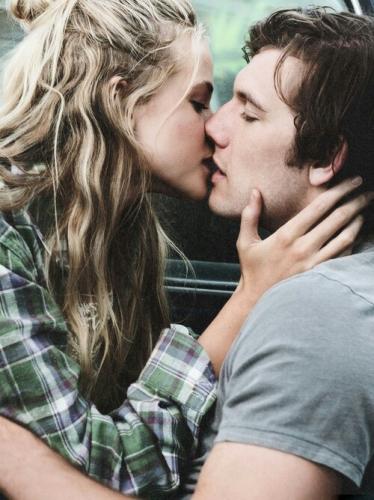 После свадьбы девушка целуется голая в постели индивидуалки