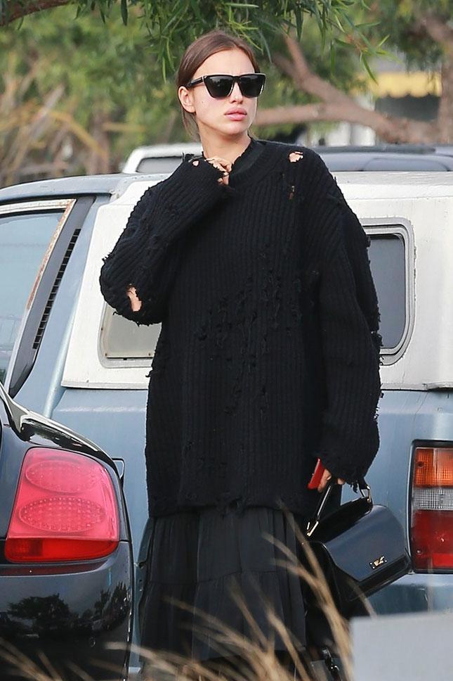 Вдохновение дня: беременная Ирина Шейк в дырявом свитере