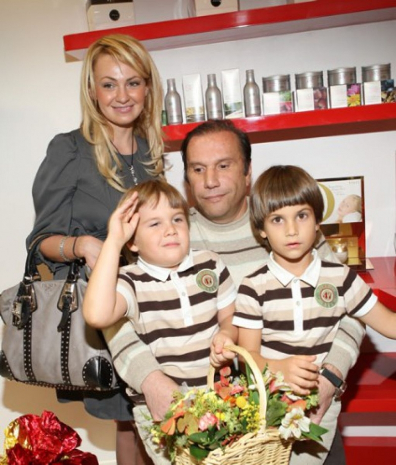 Яна Рудковская и Виктор Батурин с детьми