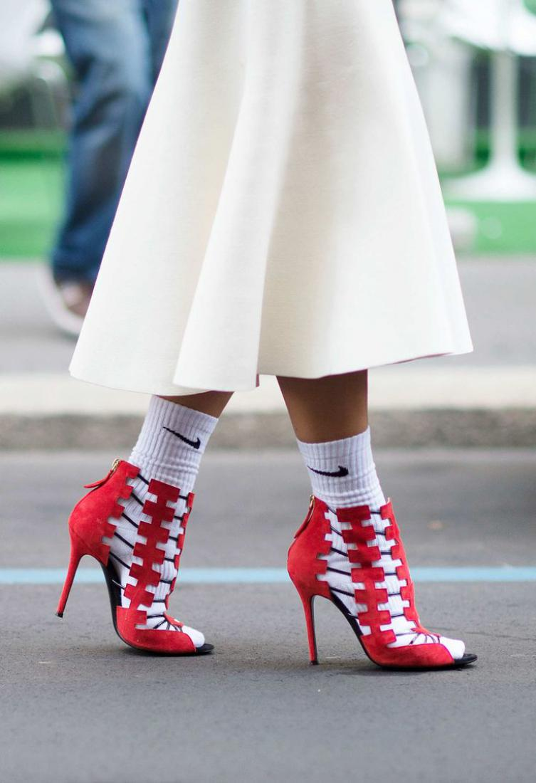 Секс в белых носкаи и кросах
