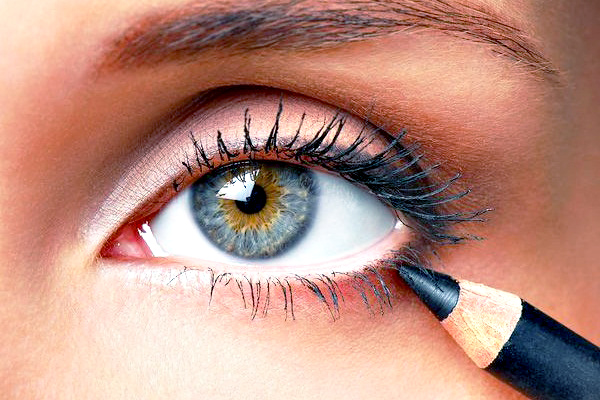 как подводить глаза карандашом