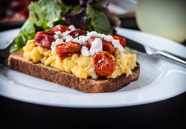 Воздушный омлет с овощами и тремя видами сыра: простой, но очень вкусный рецепт