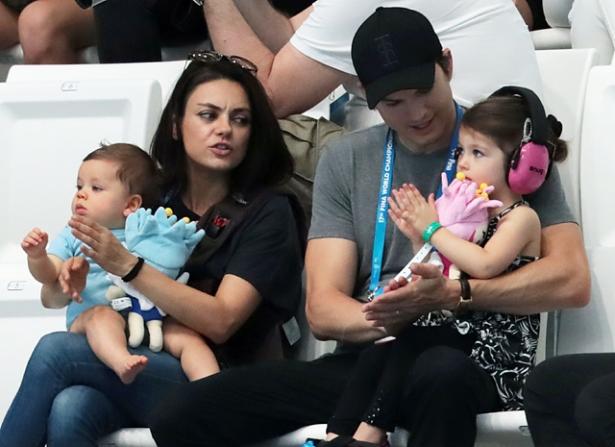 Эштон Кутчер и Мила Кунис с детьми