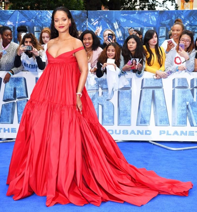 Красное платье — звездный тренд лета