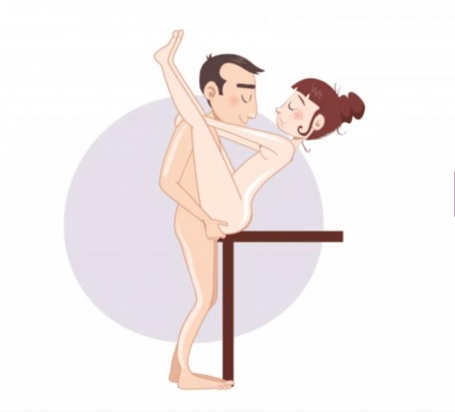 Секс на столе муви, женщине кончают на сиськи фото