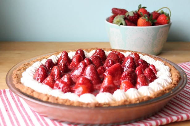 Вкусные рецепты с клубникой: как быстро приготовить воздушный клубничный пирог - фото №2