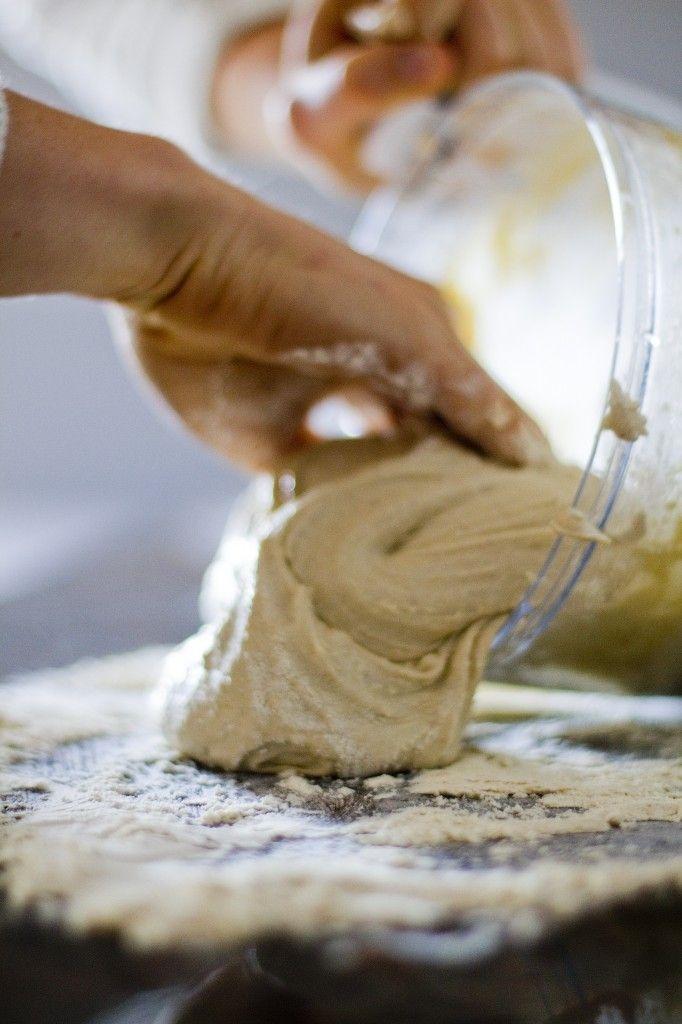 полезная выпечка девушка месит тесто
