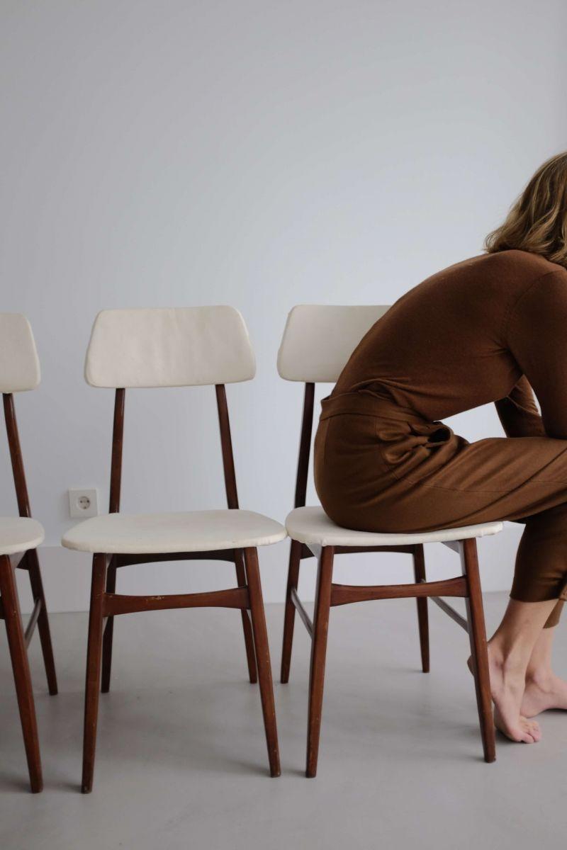 девушка сидит на стуле