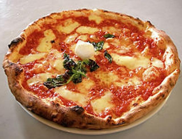 Пицца с ветчиной и ананасом