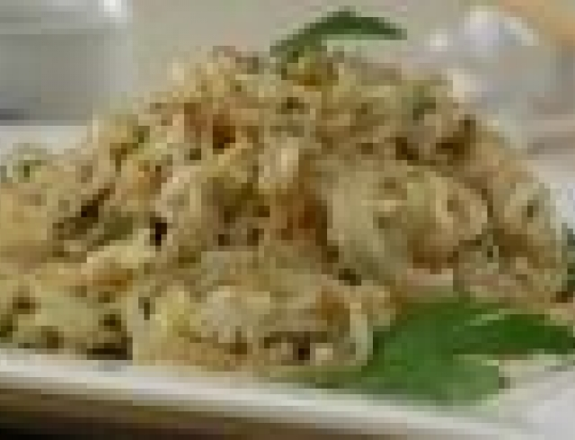 Жареный рис с луком и яйцами