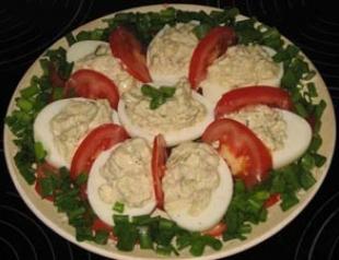 Яйца, фаршированные чесноком