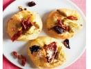 Новогодняя закуска: мини-пицца с козьим сыром и салями