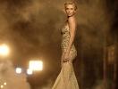 Бесконечные ноги в платье золотом: Шарлиз Терон снова рекламирует J'adore