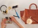 Как менялось содержимое женской сумки за 100 лет (ВИДЕО)