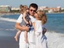 Как отдыхают звезды: Кристина Асмус и Гарик Харламов с дочерью в Греции (ФОТО)