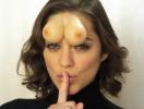 Головная грудь: Марион Котийяр придумала, как заставить мужчин смотреть в глаза