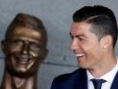 Найди 10 отличий: неудачную бронзовую статую Криштиану Роналду высмеяли в соцсетях (ФОТО)