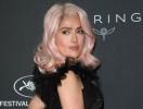 Барби в 50: Сальма Хайек с розовыми волосами вызвала фурор в Каннах (ФОТО)